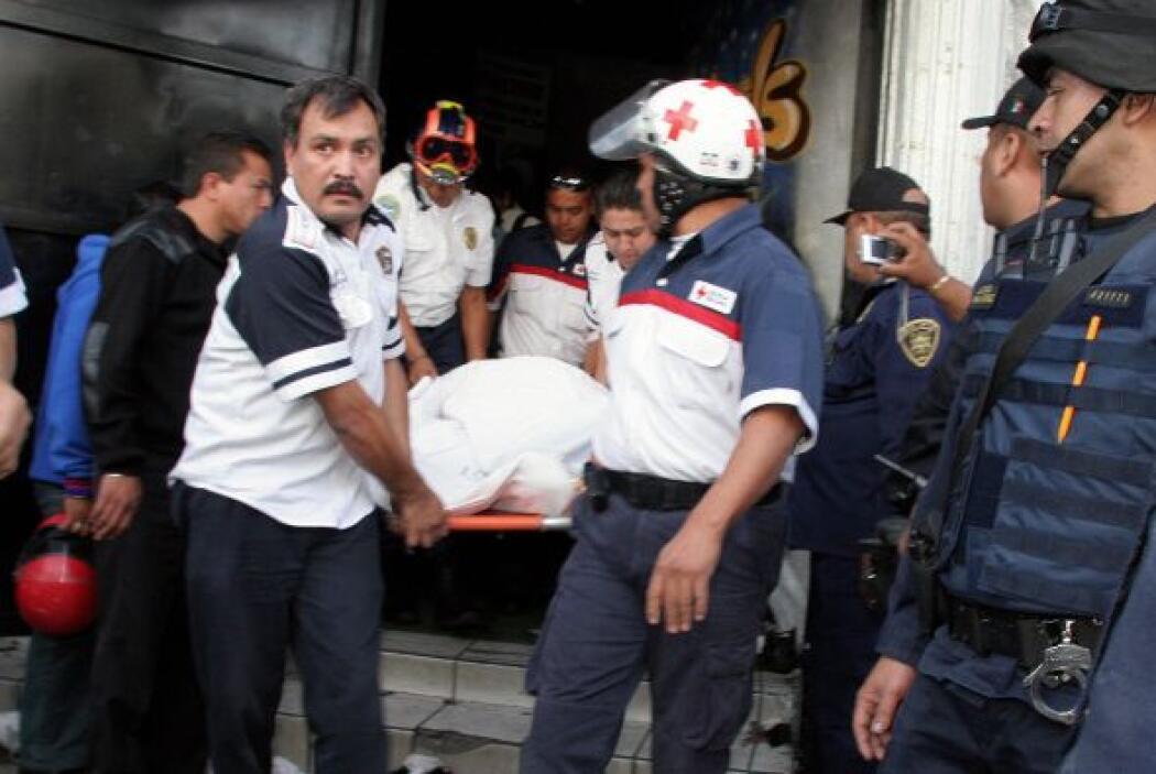 Los presentes comenzaron a salir tras las indicaciones de los policías,...