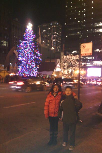 Zaid y Grizett frente al árbol en la Plaza Daley.