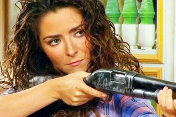 A la menor provocación esta mal portada mujer saca la escopeta para pone...