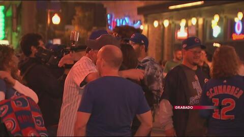 Fanáticos de los Cubs se reúnen para celebrar en la calle Clark