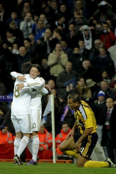 Kaká y Ozil, las grandes figuras del partido, se abrazon en el festejo.