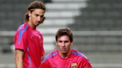 Zlatan mirando a Messi durante un entrenamiento, cuando el sueco formó p...