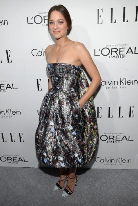 La fancesa Marion Cotillard escogió este peculiar vestido de color metál...