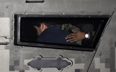Joaquín 'El Chapo' Guzmán, escoltado hacia prisión, tras su reca...
