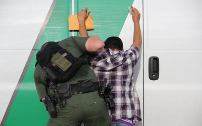 La Patrulla Fronteriza detiene a un inmigrante en la frontera.
