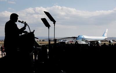 Trump pronuncia un discurso en la base naval de Sigonella, en Italia, co...