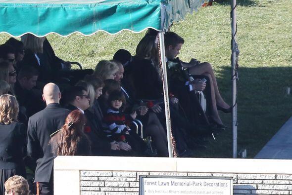 Los padres y hermanos de Paul sentados hasta adelante. Mira aquí los vid...