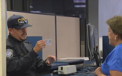 Denuncian que varios oficiales de CBP niegan el derecho a pedir asilo a...