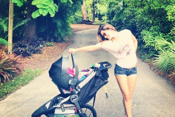 Otra feliz mamá primeriza es Lola Ponce, disfruta de pasear con su peque...