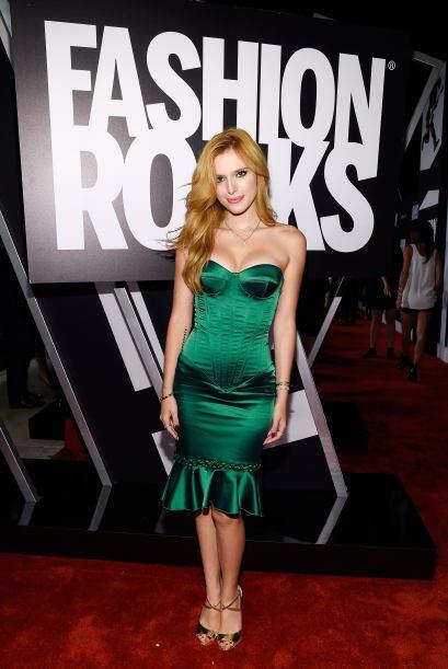 Otro de los escotes sensuales de la noche fue el de Bella Thorne. Su fig...