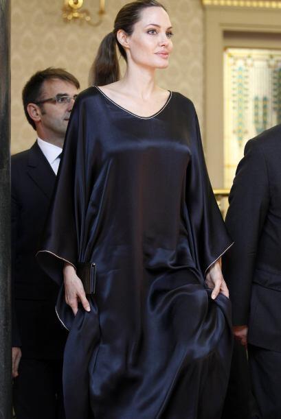 4. Exceso de holgura: Las túnicas se pusieron al 2x1 y angelina llevó a...
