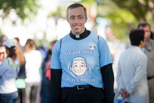 El padre Mateo Schneider posa sonriente con una caricatura del Papa en s...