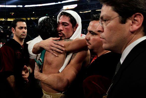Pacquiao se fundió en abrazo deportivo, reconociendo la bravura d...