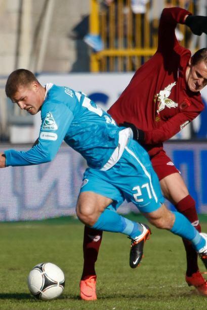 Vladimir Dyadyun del FC Rubin Kazan castigando a  Igor Denisov del FC Ze...