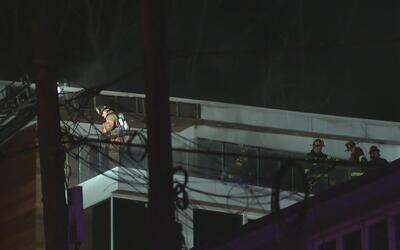 Bomberos atienden emergencia por incendio en un edificio de Edgewater, N...