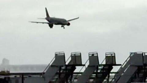 Impresionante habilidad de un piloto para aterrizar un aerobús con vient...