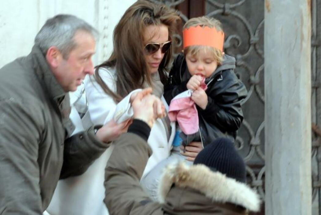 Angelina cargando en brazos a Shiloh. Mira aquí lo último en chismes.