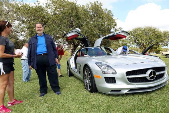 Este lujoso auto cuesta casi $200 mil dólares.  Mira esta gran aventura.