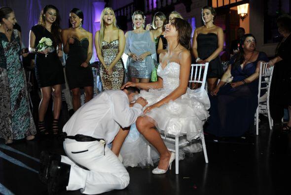 Y hasta dejaron que los invitados presenciaran el ritual de quitarle la...