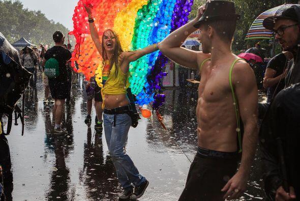 La gente baila por las calles de Berlín.