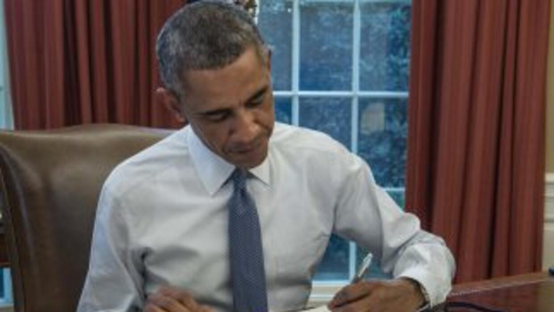 El presidenteBarack Obama firmando el presupuesto de casi tres meses.