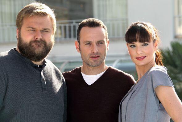 """Sarah posa con Andrew Lincoln (Rick) y el creador de """"The Walking Dead"""",..."""