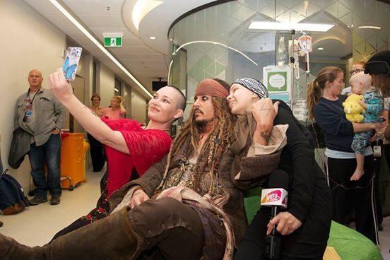 Johnny Depp visita a niños con cáncer vestido de Jack Sparrow 11692535_1...