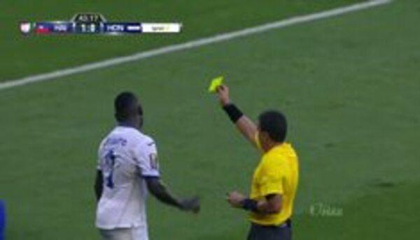 Tarjeta amarilla. El árbitro amonesta a Wilmer Crisanto de Honduras
