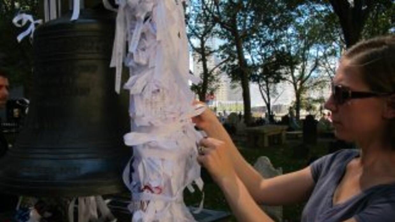 Una mujer deja un mensaje en la capilla St. Paul, a metros de la Zona Ce...