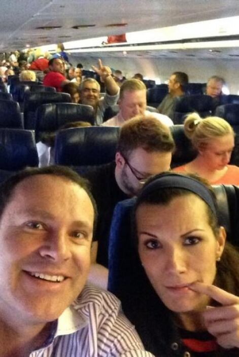 """""""¡Uuu q la canción! Atrasados más de una hora dentro del avión.. Se me h..."""