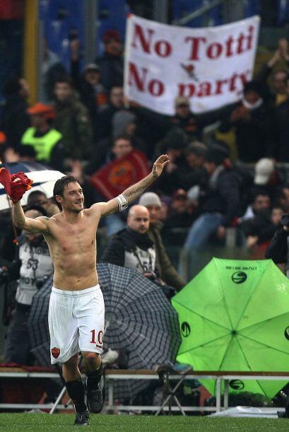 La afición de la Roma se rendía a los pies de su ídolo: Francesco Totti,...