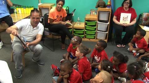 El locutor de La X tuvo la oportunidad de compartir con los niños en el...