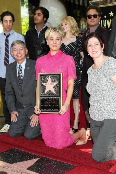 Con ojos llorosos, pero muy orgullosa de sus logros, Kaley Cuoco posó as...