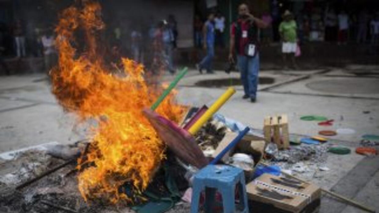 Activistas quemaron material electoral en Tixtla el 7 de junio pasado.