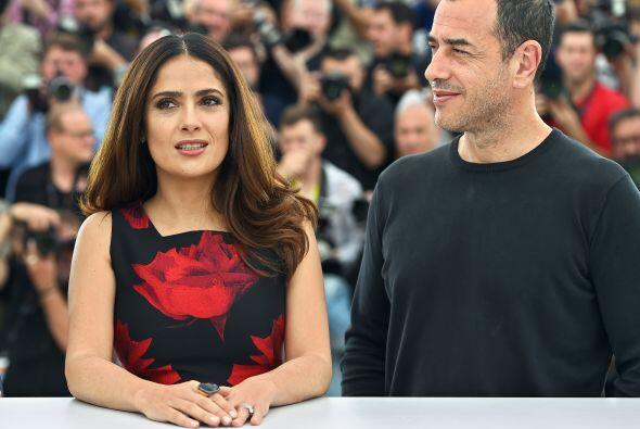 La veracruzana impactó con un hermoso vestido negro floreado de Alexande...