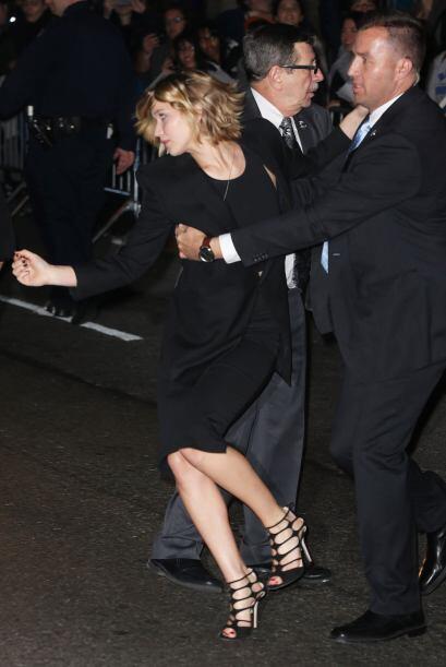 Su seguridad de inmediato corrió a protegerla.