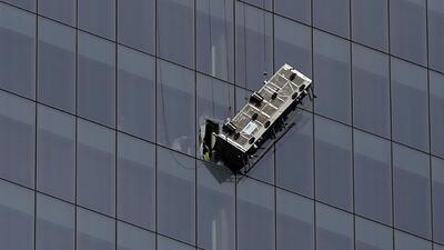 Rescatados dos trabajadores atrapados en andamio colgando del One World...
