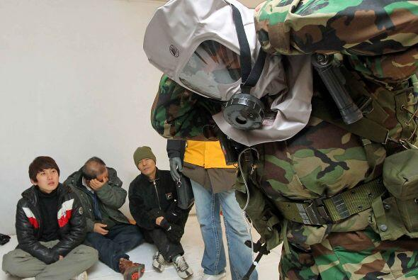 Los militares indicaban a detalle cómo colocar las máscara...