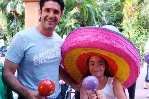 ... Pero no deja de inculcarle el amor a sus raíces mexicanas.
