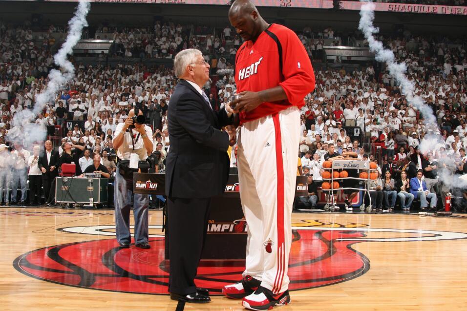 Shaquille O'Neal de los Miami Heat recibe su anillo del comisionado de l...