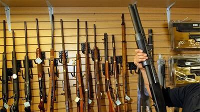 Para poder comprar un arma, se debe demostrar la residencia legal en est...