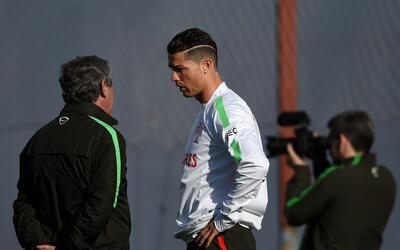 Cristiano Ronaldo platica con Fernando Santos