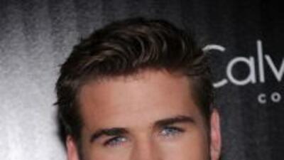 ¡Liam Hemsworth besó a otra mujer!