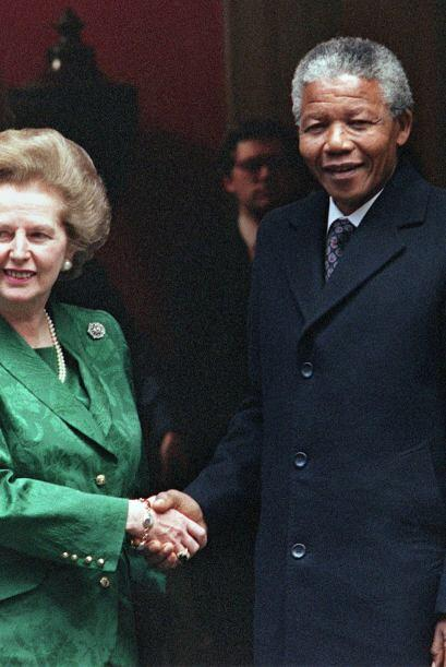 Nelson Mandela de la mano con la fallecida exprimer ministro británica M...