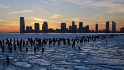 Témpanos de hielo flotan sobre el río Hudson en Nueva Jersey en enero de...