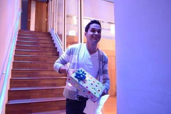 El colombiano entró a la Casa Estudio con su regalo, parec&iacute...