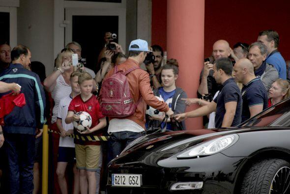 El delantero portugués fue recibido por un grupo de fans en su ma...