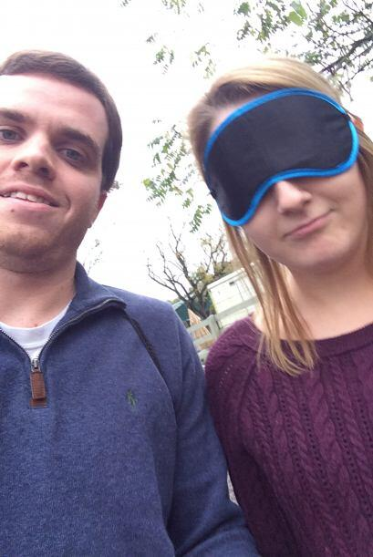 Ian le cubrió los ojos a su novia y la llevó hasta el zool...