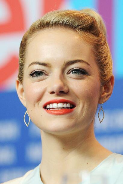 Aprovechando la palidez de su cara, Emma Stone le dio mucho colorido con...