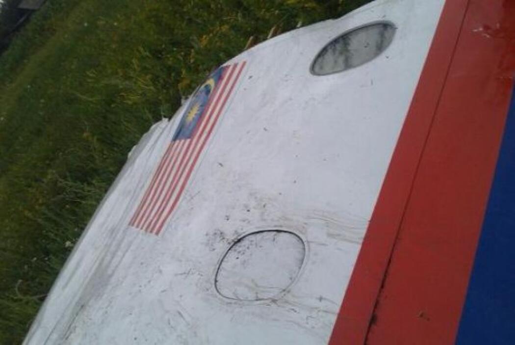 Piezas rotas de las alas fueron marcadas con pintura azul y roja, los mi...